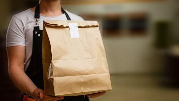Dostawy jedzenia, zdjęcie ilustracyjne.