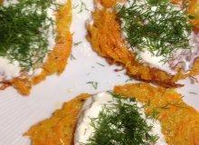 Ziemniaczano-marchewkowe placuszki z kremowym serkiem i koperkiem - ugotuj