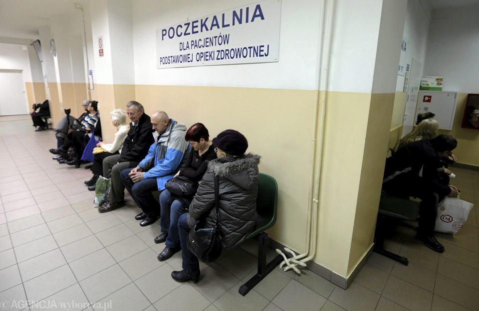 Kolejka do lekarza internisty w Powiatowym Zakładzie Opieki Zdrowotnej. Kielce, 25 luty 2015