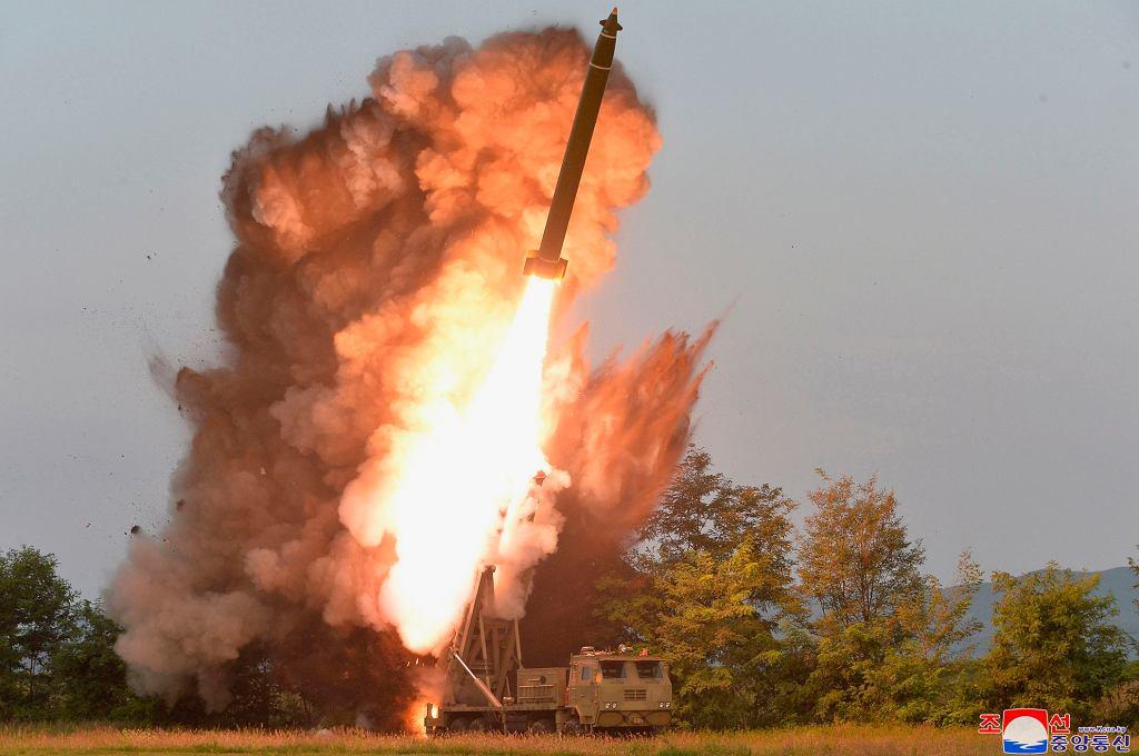 Odpalenie nowej rakiety Korei Północnej. Widać małe stery na czubku