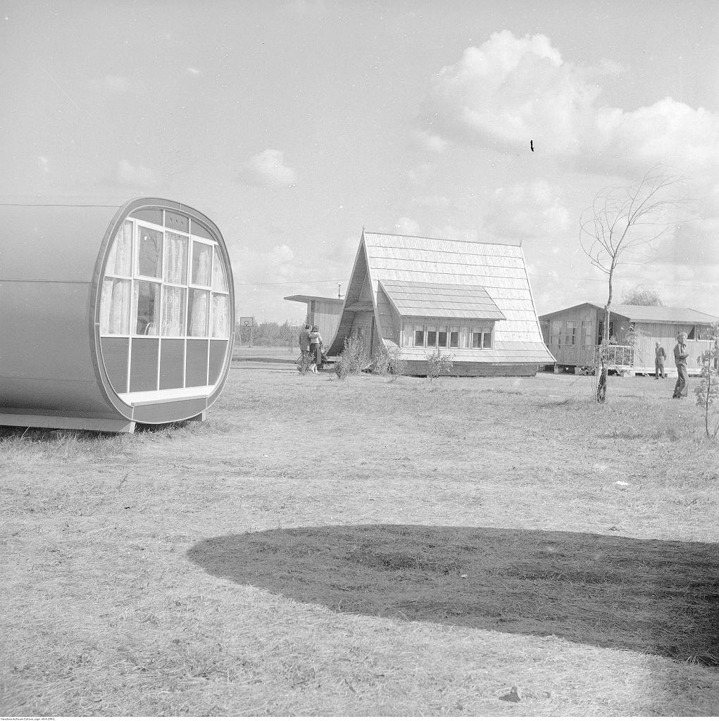 Fragment terenu wystawy. Widoczne domki letniskowe. Na pierwszym planie z lewej domek 'Diogenes'.