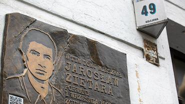 Tablica upamiętniająca Jarosława Ziętarę (zdjęcie ilustracyjne)