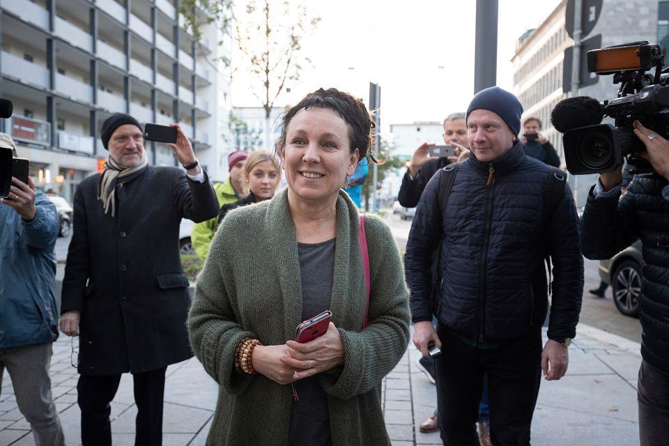10.10.2019, Bielefeld, Niemcy, Olga Tokarczuk w drodze na konferencję prasowej po zdobyciu Nagrody Nobla w dziedzinie literatury.