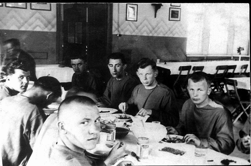 Piłkarze reprezentacji Polski podczas zgrupowania w Wągrowcu przed mistrzostwami świata 1938 r. Od prawej Ewald Dytko, Ernest Wilimowski, Leonard Piontek