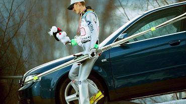 Adam Małysz i ówczesna nagroda w Konkursie Czterech Skoczni. Garmisch-Partenkirchen, Austria, 6 stycznia 2001