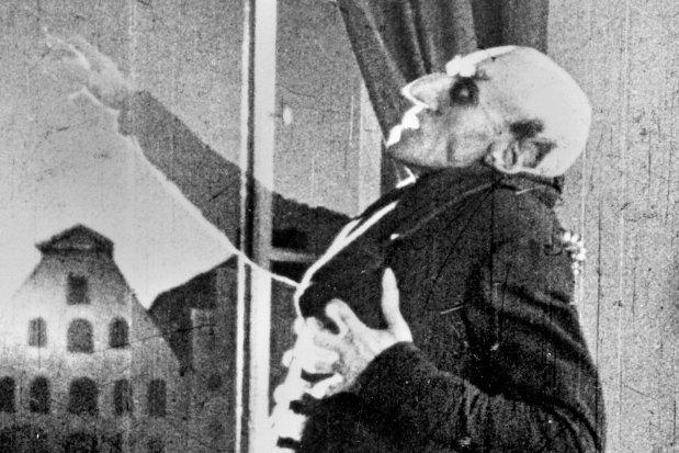 Max Schreck w roli tytułowej w niemieckim filmie z 1922 r. pt. 'Nosferatu - symfonia grozy'. Grał tak sugestywnie, że wielu widzów uznało go za prawdziwego wampira. Reżyser Friedrich Wilhelm Murnau oparł fabułę na powieści 'Dracula' z 1897 r. Irlandczyka Brama Stokera. To właśnie za sprawą tej książki Dracula stał się bohaterem popkultury. Florence Stoker, wdowa po pisarzu, wytoczyła Murnauowi proces, a sąd nakazał reżyserowi zapłacenie odszkodowania i zobowiązał go do zniszczenia wszystkich kopii filmu. Na szczęście tego drugiego warunku nie spełnił. 'Nosferatu...' uchodzi za najwybitniejszy film ekspresjonistyczny.