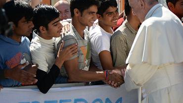 Kwiecień 2016, papież Franciszek odwiedza imigrantów w obozie Moria na wyspie Lesbos