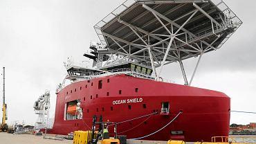 """Okręt australijskiej marynarki """"Ocean Shield"""", na pierwszym planie dron Bluefin 21"""