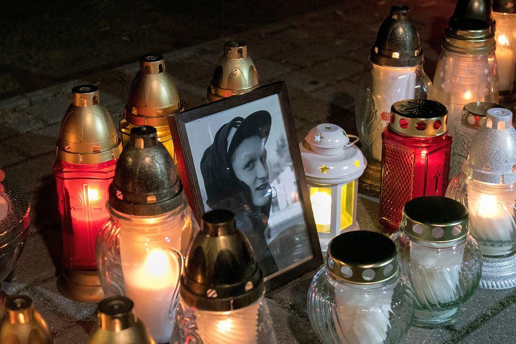 W miejscu śmierci 21-letniego Adama Czerniejewskiego mieszkańcy Konina zapalają znicze