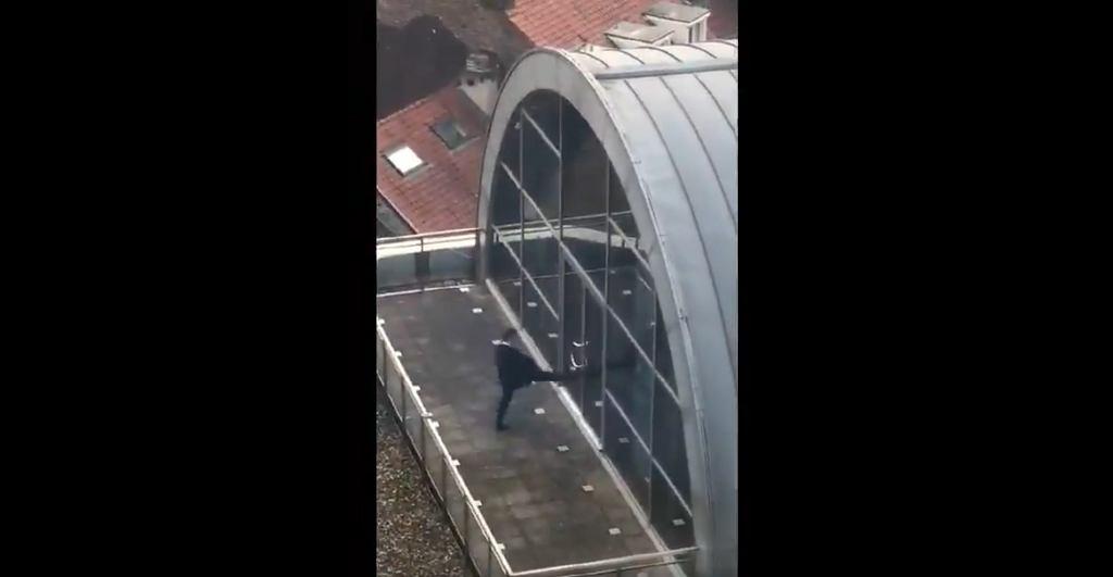 Grzegorz Tobiszowski na dachu PE (Twitter/@StasinskiM)