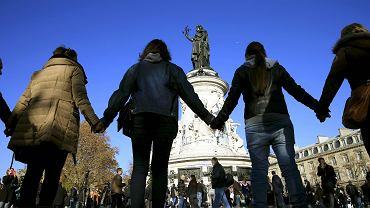 Mieszkańcy Paryża w pobliżu klubu Bataclan, gdzie doszło do tragedii. Europa musi zewrzeć szeregi w obliczu nowego zagrożenia