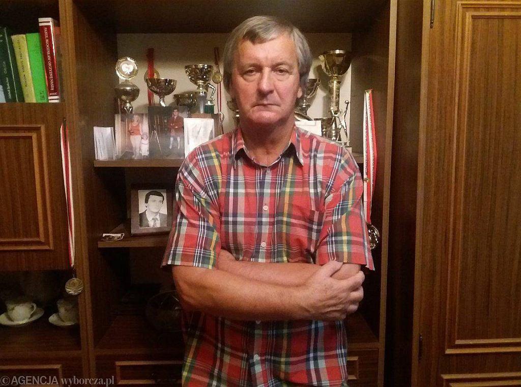 Były milicjant Wojciech Raczuk w swoim 48-metrowym mieszkaniu