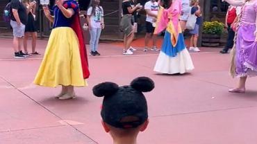 Chłopiec oczarował księżniczki Disneya.