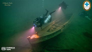 Morskie Oko. Wrak łodzi na dnie
