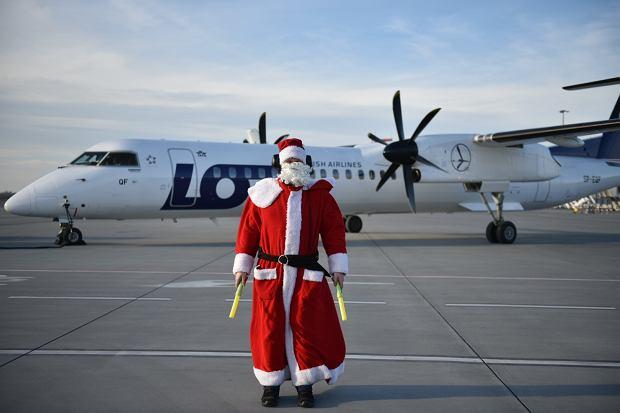 Zdjęcie numer 2 w galerii - Niecodzienny widok na wrocławskim lotnisku. Pasażerów witali i żegnali mikołaje-marszałkowie [ZDJĘCIA]