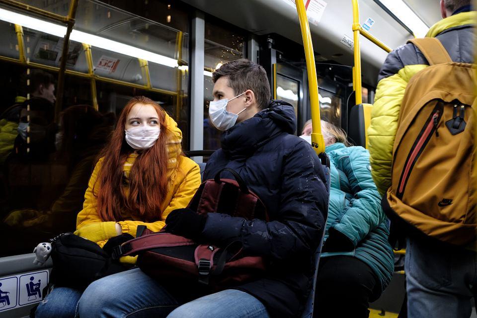 Trudno się zakazić w autobusie, a jednak politycy straszą transportem zbiorowym