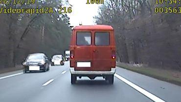 Policjanci zatrzymali kierowcę, który używał sygnałów stosowanych przez pojazdy uprzywilejowane.