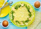 Sałatka z tuńczykiem - warstwowa. Smakowity pomysł na sałatkę na imprezę lub kolację