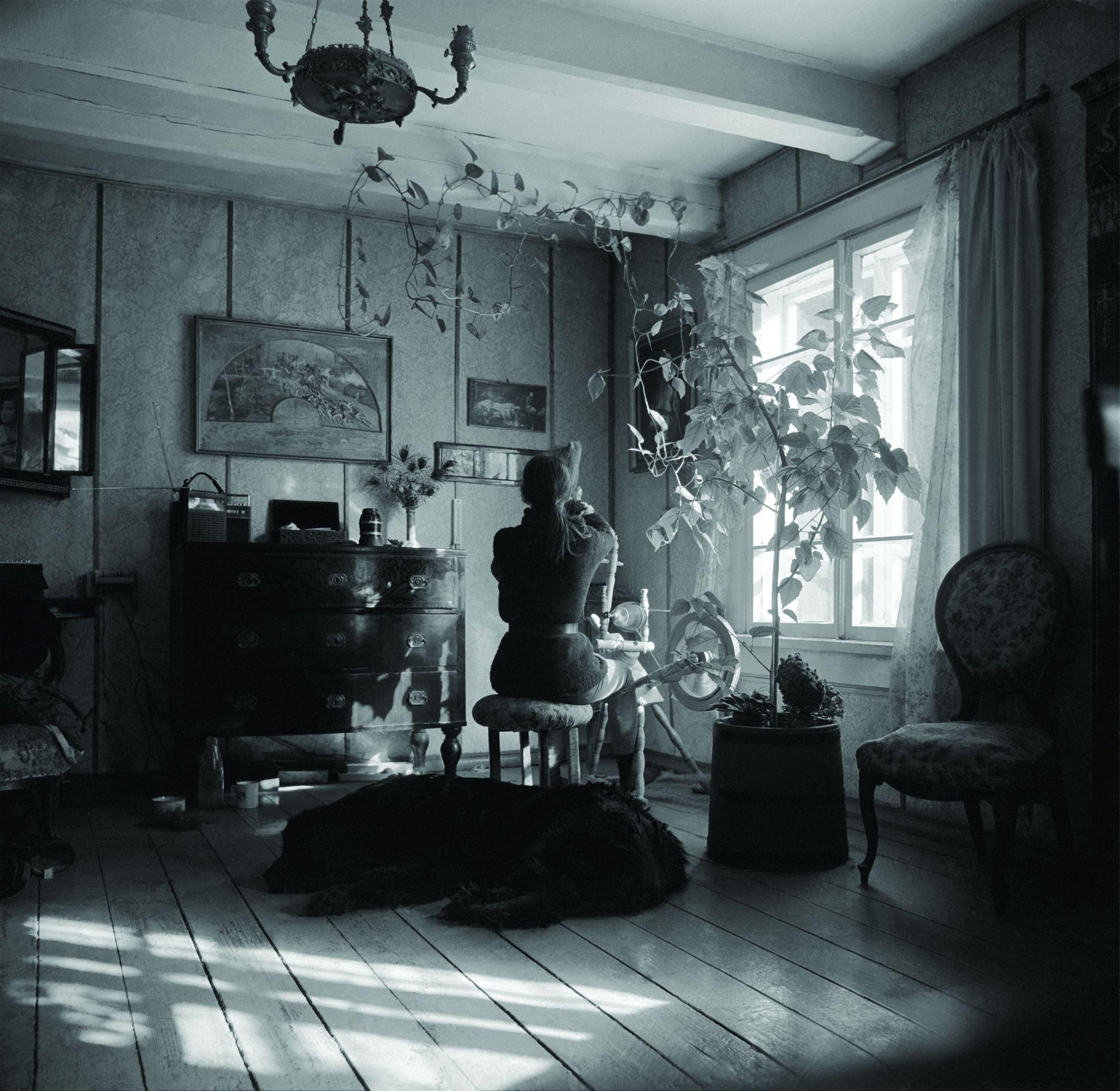 Wnętrze leśniczówki Dziedzinki Simona urządziła pamiątkami z rodzinnej Kossakówki (fot. Lech Wilczek)