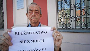 """Protest przed Urzędem Miasta w Poznaniu przeciwko wystawianiu spektaklu  Golgota """" podczas Malta Festival"""