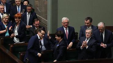 Radość w ławach rządowych po odrzuceniu votum nieufności dla Beaty Szydło i Elżbiety Rafalskiej.