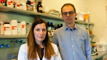 Prof. dr hab. Adam Lesner i dr Natalia Gruba z Pracowni Analityki Biochemicznej Wydziału Chemii Uniwersytetu Gdańskiego.