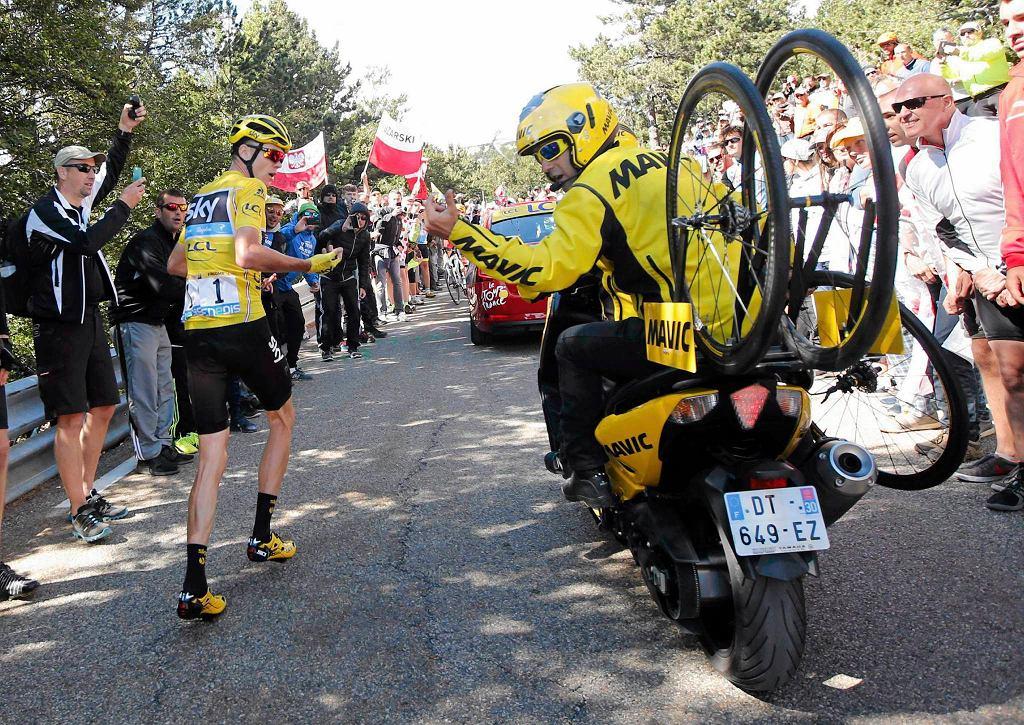 Chris Froome biegnie na trasie etapu na Mont Ventoux