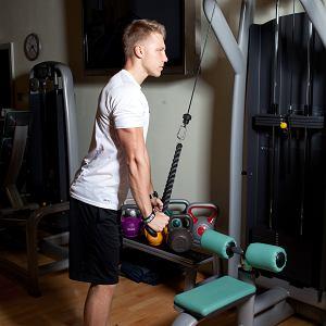 Triceps na wyciągu. Dobrze rozwinięty mięsień trójgłowy wzmocni również twoje barki i klatkę piersiową