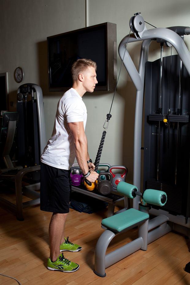 Siłownia bez tajemnic: triceps na wyciągu