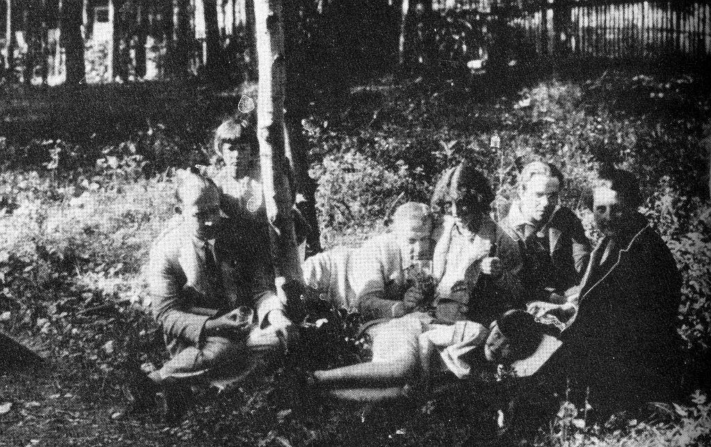 Od lewej: Rafał Malczewski z córką Hipą, Leon Chwistek (z kieliszkiem), Zofia Stryjeńska (z butelką), Stanisław Zaremba - matematyk i taternik, pierwsza z prawej Olga Chwistkowa. Na środku leży Alina Chwistkówna, później Dawidowiczowa. Zakopane, lata 30. Zdjęcie z pisma 'Światowid'