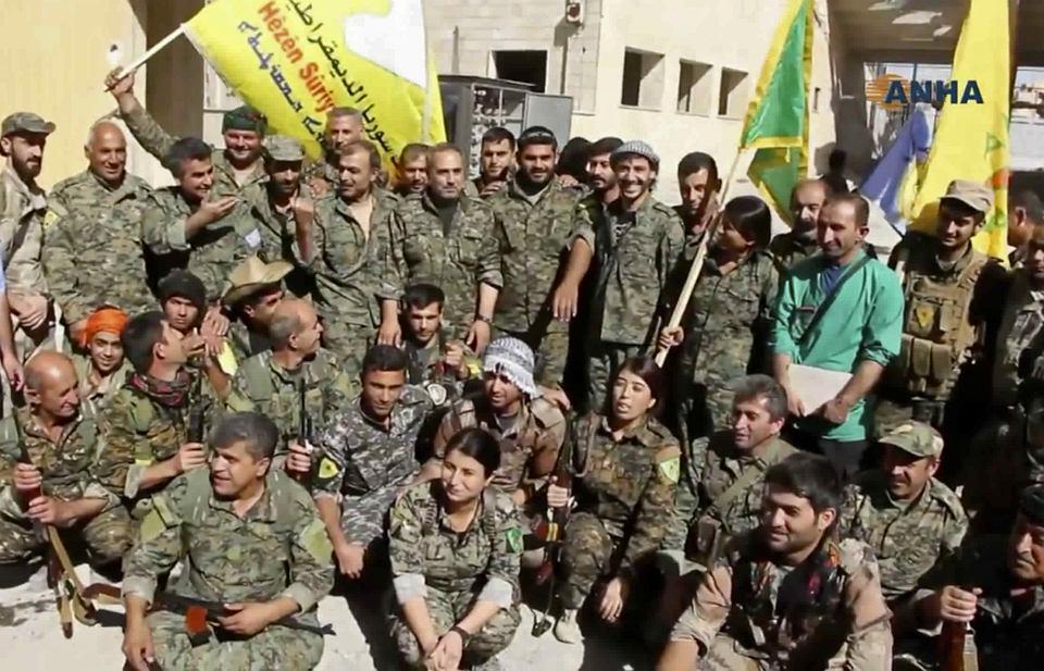 Syryjscy Kurdowie świętują zwycięstwo w odbitej z rąk ISIS Rakce.