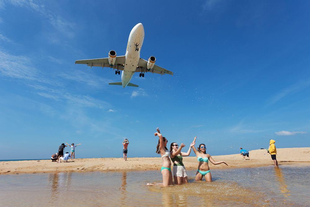 Turyści masowo robią sobie selfie na słynnej plaży Mai Khao w Tajlandii. Teraz ma się to skończyć