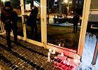 Radomianie zapalili znicze i ulepili śnieżne kaczki pod siedzibą PiS