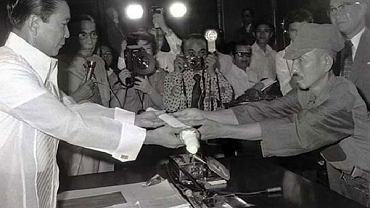 Hiro Onoda ceremonialnie oddaje swój miecz prezydentowi Filipin w akcie poddania się