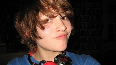 Chłopiec słuchający muzyki