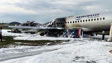 Wypalony wrak rozbitego w Moskwie Suchoj Superjet