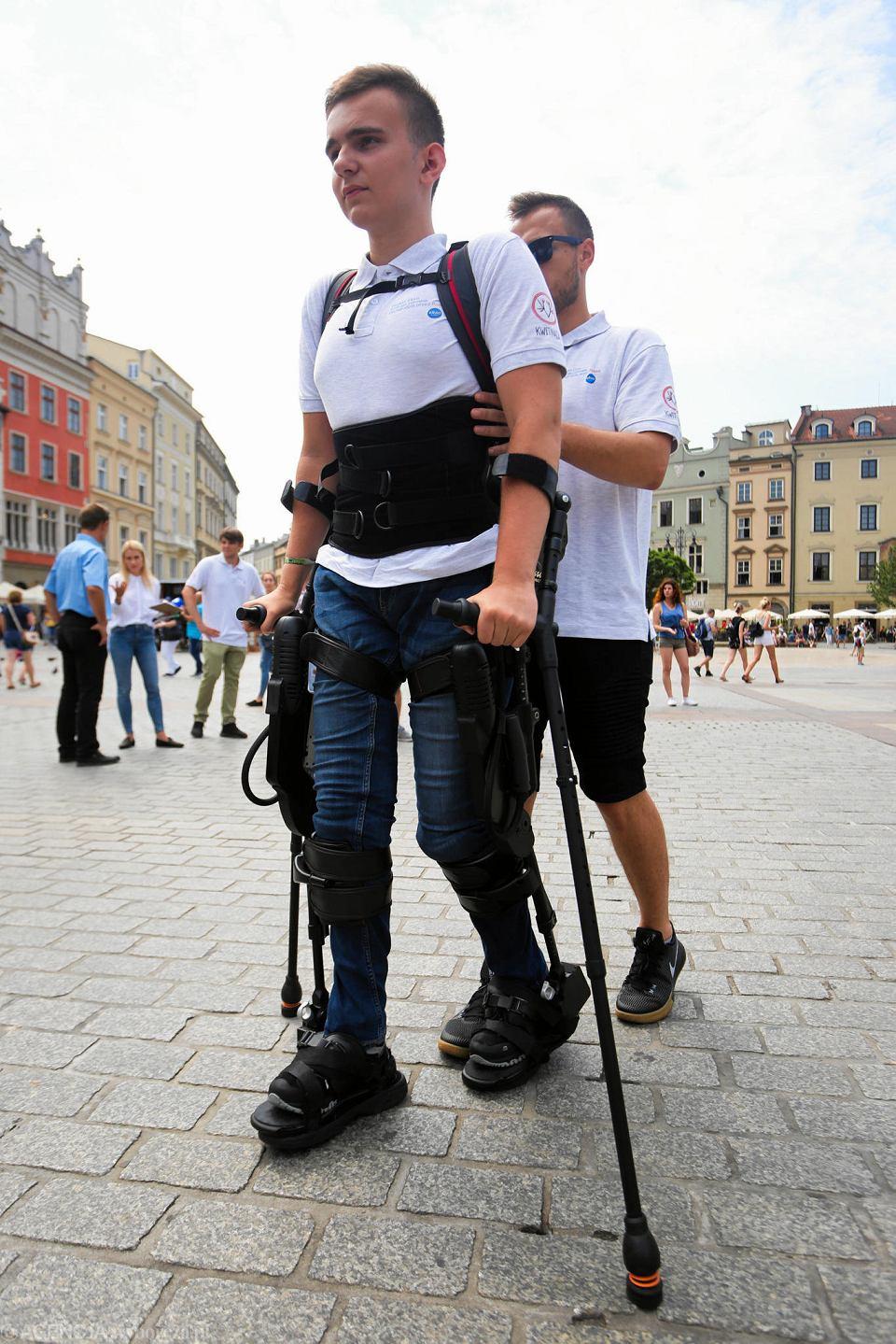 Zdjęcie numer 5 w galerii - Niepełnosprawny spacerował w egzoszkielecie po Rynku Głównym w Krakowie [ZDJĘCIA]