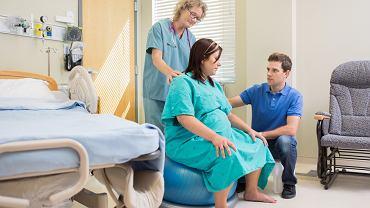 Siedzenie na piłce, masaż, spacer, a przede wszystkim wsparcie najbliższych, to sprawdzone, niefarmakologiczne sposoby na ból porodowy.