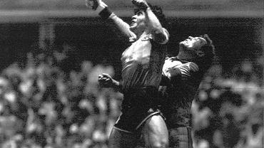 Maradona zdobywa gola ręką podczas meczu z Anglią