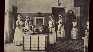 W Warszawie jedna służąca przypada na jedenaście osób, stać na nią prawie wszystkich, którzy pracują, kosztuje tyle, ile miesięcznie wydaje się na prąd, nawet robotnicy wynajmują sobie dochodzące. Na zdjęciu: warszawska Szkoła św. Kingi dla służących, rok 1904