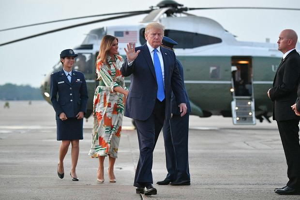 ,US President Donald Trump and First Lady Melania Trump stepped off Marine One and make their way to board Air Force One before departing from Andrews Air Force Base in Maryland on June 2, 2019. - US President Donald Trump is flying to England for a three-day state visit. (Photo by MANDEL NGAN / AFP)