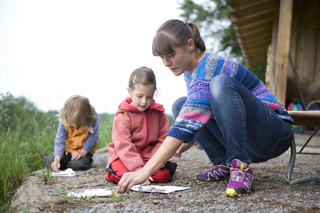 W Danii nie ma obowiązku noszenia maseczek. Ten pomysł oczywiście był brany pod uwagę, ale psychologowie dziecięcy od razu go odrzucili mówiąc, że to jest niemożliwe, żeby pracować z małymi dziećmi w maseczkach