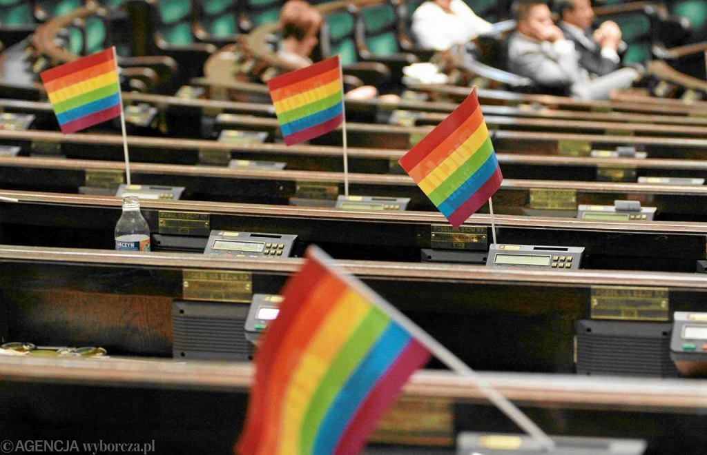 Tęczowe barwy, symbol środowisk LGBT, w sejmowych ławach