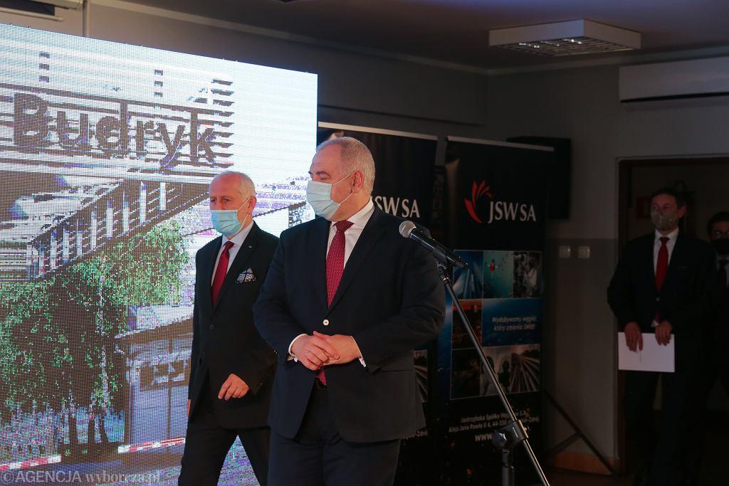 Na zdjęciu: prezes JSW Wlodzimierz Herezniak (l) i minister Jacek Sasin (p) podczas konferencji prasowej na terenie kopalni Budryk należącej do JSW