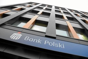 PKO BP podniósł opłaty klientom. Więcej m.in. za wypłatę z bankomatu