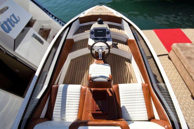 Na pokładzie również motorówka... Jacht Crystal ze stoczni Galeon