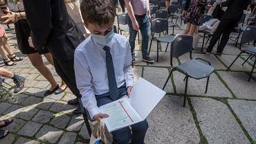Uczniowie klasy II Ogólnokształcącej Szkoły Muzycznej II stopnia w Zespole Szkół  Muzycznych otrzymali świadectwa z rąk prezydenta Michała Zaleskiego w nagrodę za najlepszą średnią.