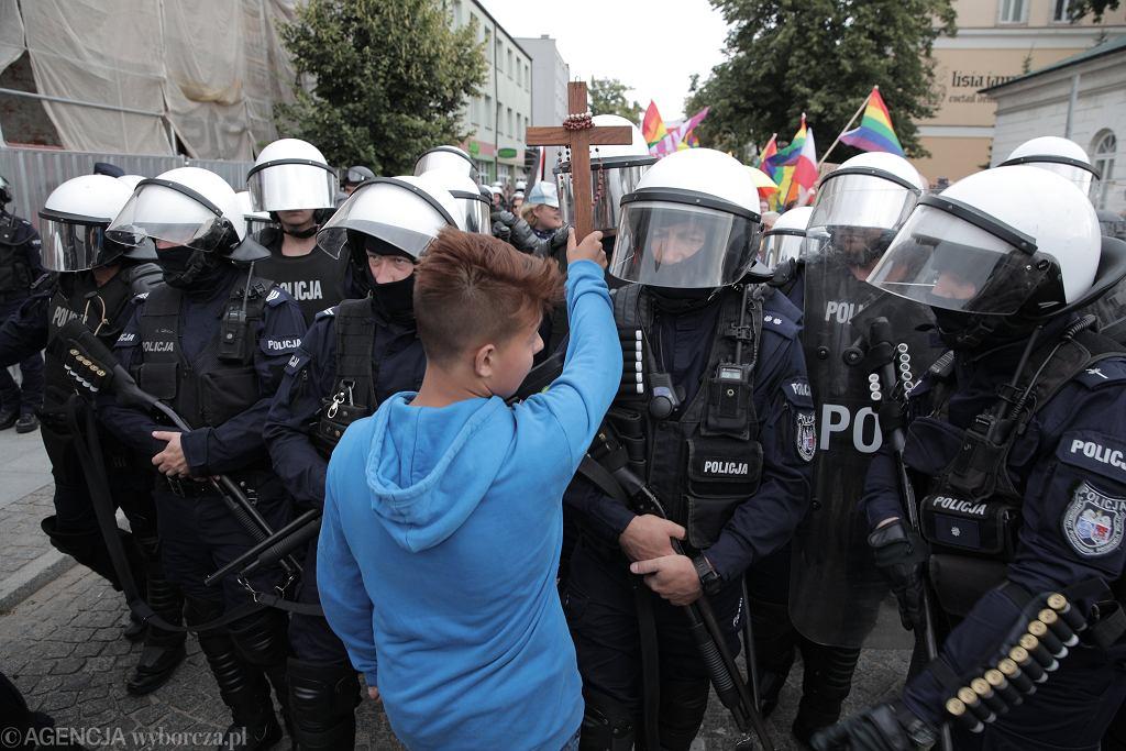 15-letni Jakub Baryła blokujący Marsz Równości w Płocku