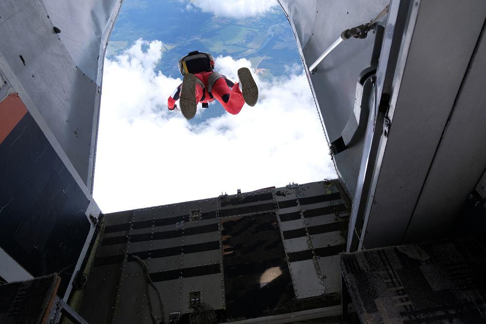 Kobieta skoczyła z wysokości 1,5 kilometra. Nie zadziałał mechanizm spadochronu
