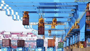 Chiny. Ogniska COVID-19 w portach windują ceny transportu i zakłócają dostawy towarów